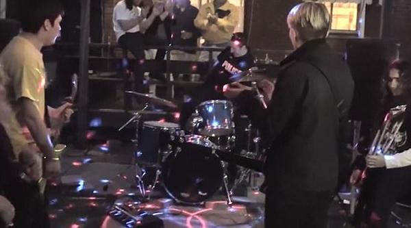 加拿大警察巡逻时临时加入摇滚乐队即兴打鼓
