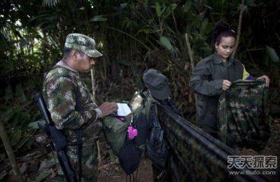 探访哥伦比亚丛林游击队:女队员露天洗浴