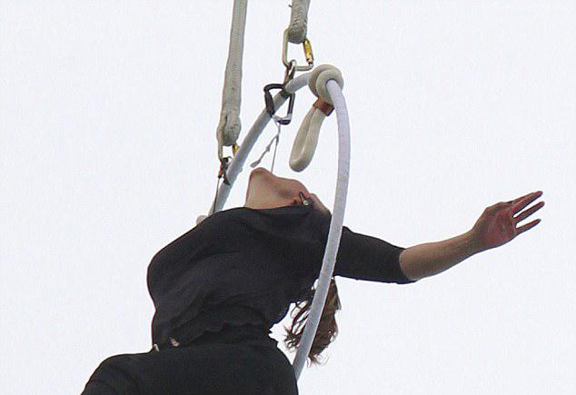 技惊四座!美特技女演员仅凭牙齿悬挂瀑布上空