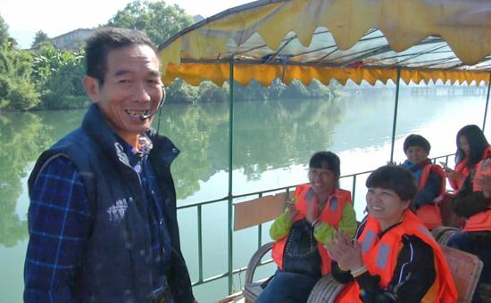 尤溪:竹排上的业余导游随囗唱出山歌迷倒游人