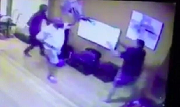 震惊!南非匪徒为偷电视机多次开枪射击居民一家