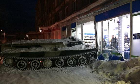 惊呆!俄酒鬼盗装甲车冲进超市为抢一瓶酒