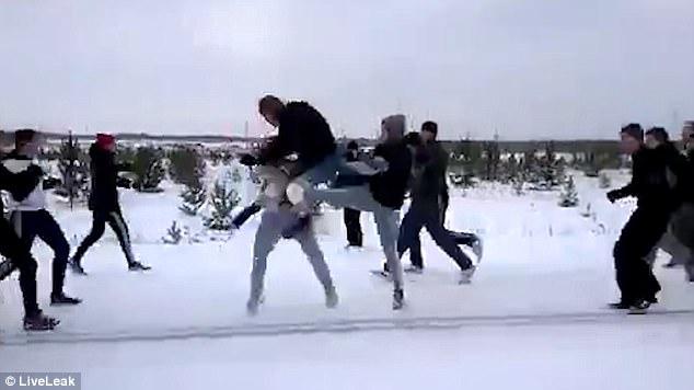 俄两足球流氓团伙雪地里激战后握手言和