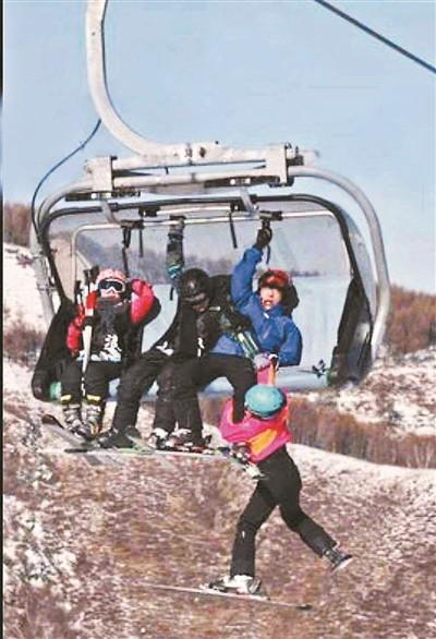>>张家口崇礼一滑雪场儿童坠落缆车因雪质松软没受伤
