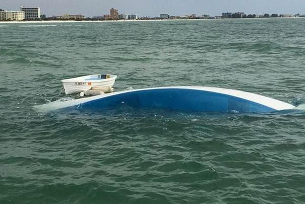 霉运当头!美夫妇倾其所有购船远航两天后遭遇翻船