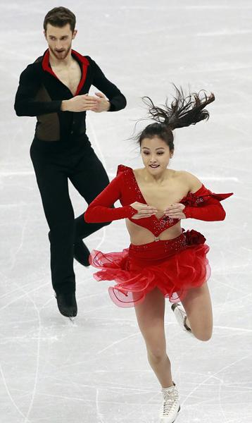 韩国花滑女新秀低胸装开裂险走光坚持完成比赛
