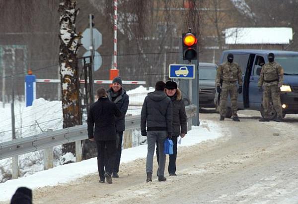 俄罗斯与爱沙尼亚国界交换被囚间谍 场面如电影情节