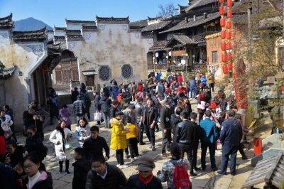 篁岭喜迎春节旅游首个高峰,红包活动乐翻天