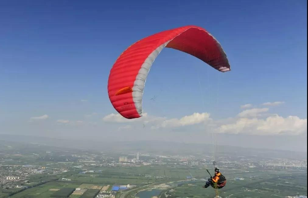 围观这个周末来太原崛围山,观战滑翔伞挥洒飞翔梦