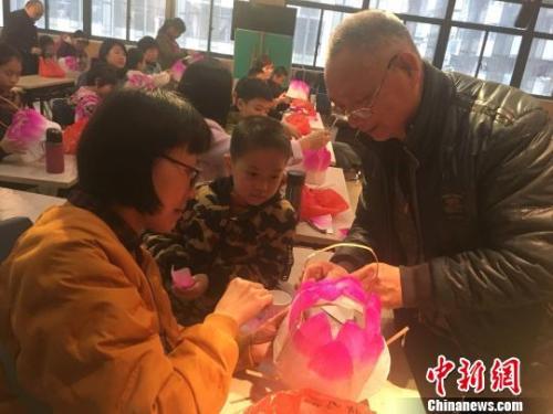 """13日,首场活动""""莲花灯""""手工制作体验在福建省少年儿童图书馆举行."""