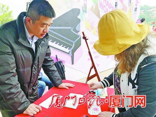 游客在鼓浪屿寄张珍藏版明信片 祝福远方女性亲友