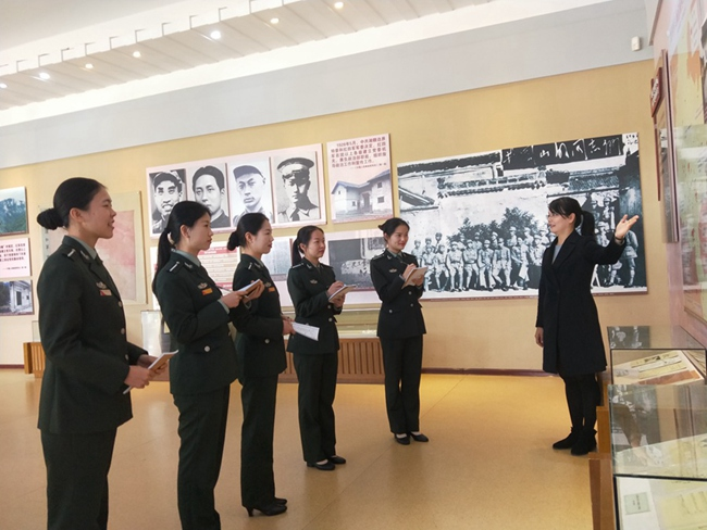 李杭英正在为新招录的讲解员指导讲解技巧。 古田会议纪念馆供图